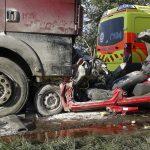 Kamionnal ütközött egy autó, ketten meghaltak Tiszaugnál