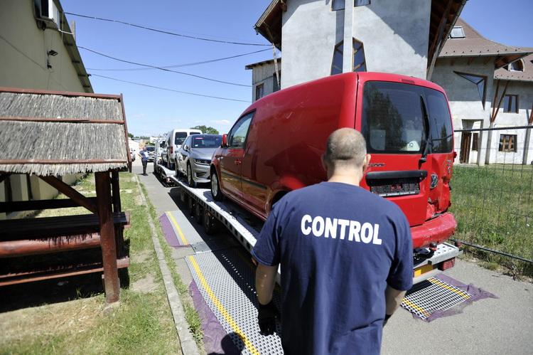 Járműszerelvényeket Ellenőrzött A Rendőrség