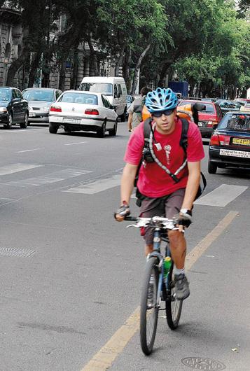 Kerékpárral egyirányú úton szembe haladni az úttest jobb oldalán lehet
