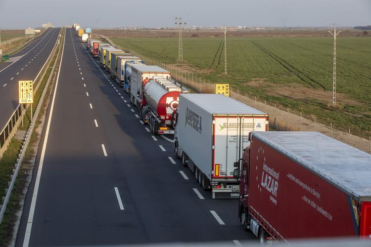 Tizenkét órásra Nőtt A Kamionok Várakozási Ideje Csanádpa