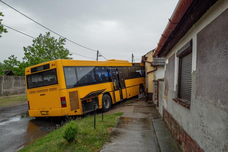 Családi Ház Falának ütközött Egy Busz Dávodon