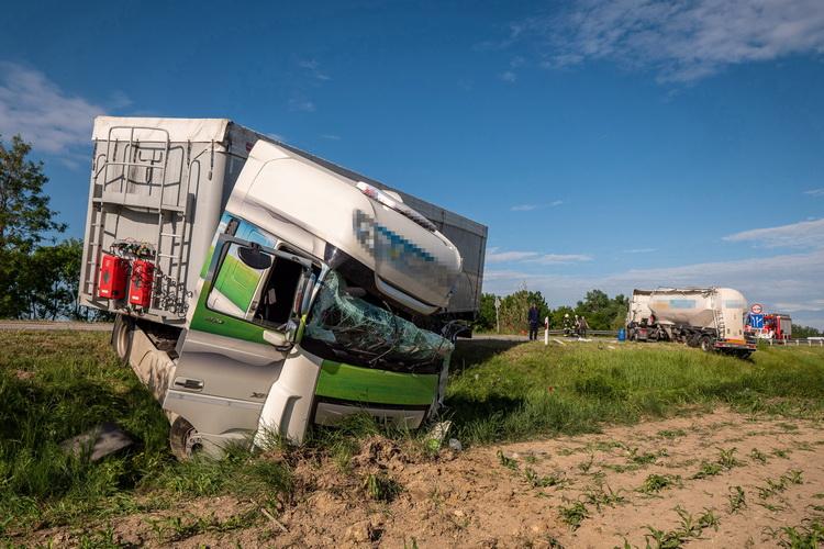 Összeütközött Két Kamion Alsónyék Térségében