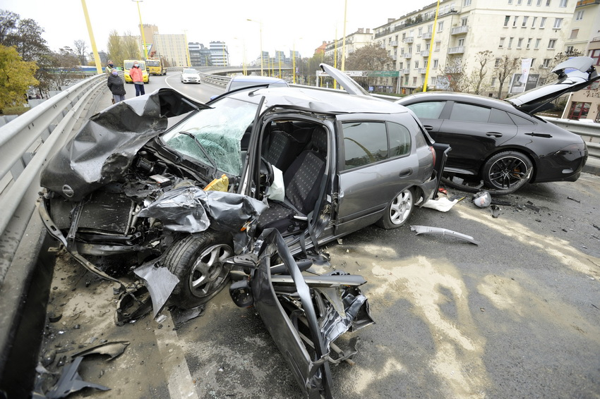 Három Autó ütközött A Bah Csomópont Felüljáróján