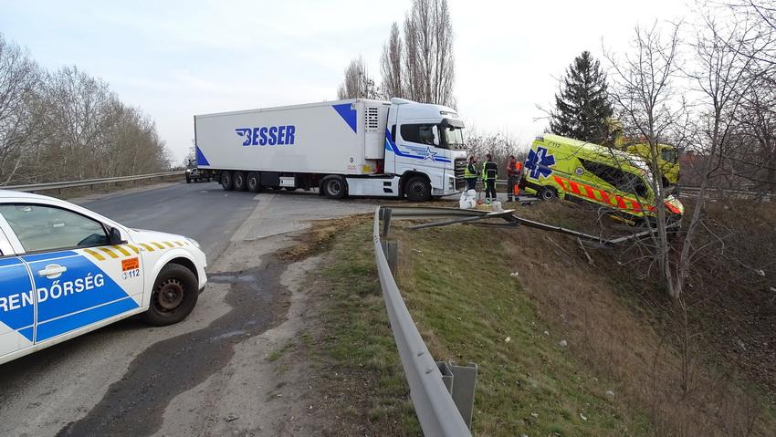 Két Mentős Megsérült, Amikor Kamion ütközött A Mentőaut?