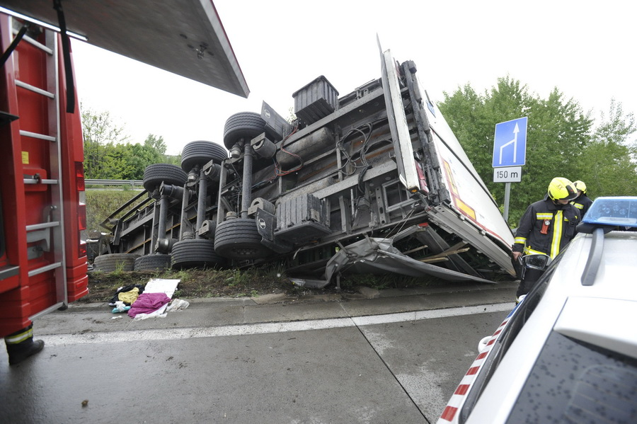 Az árokba Csúszott és Felborult Egy Kamion Az M0 áson Gyáln