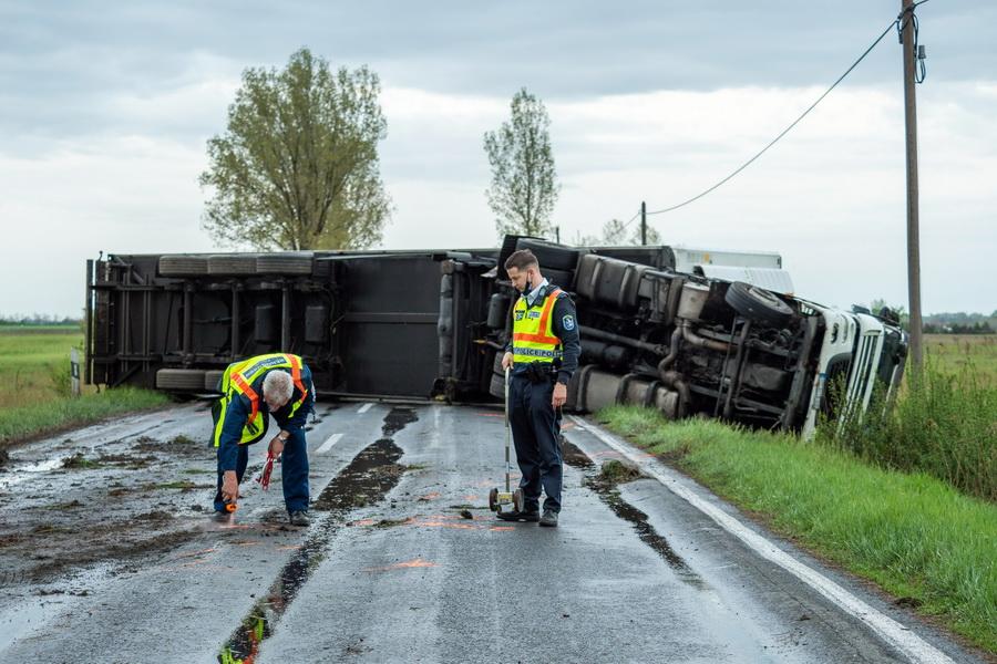 Felborult Egy Kamion Az 54 Es Főúton