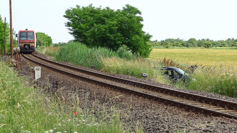Személyautó ütközött Vonattal A Mezőhéki Vasúti átjár?