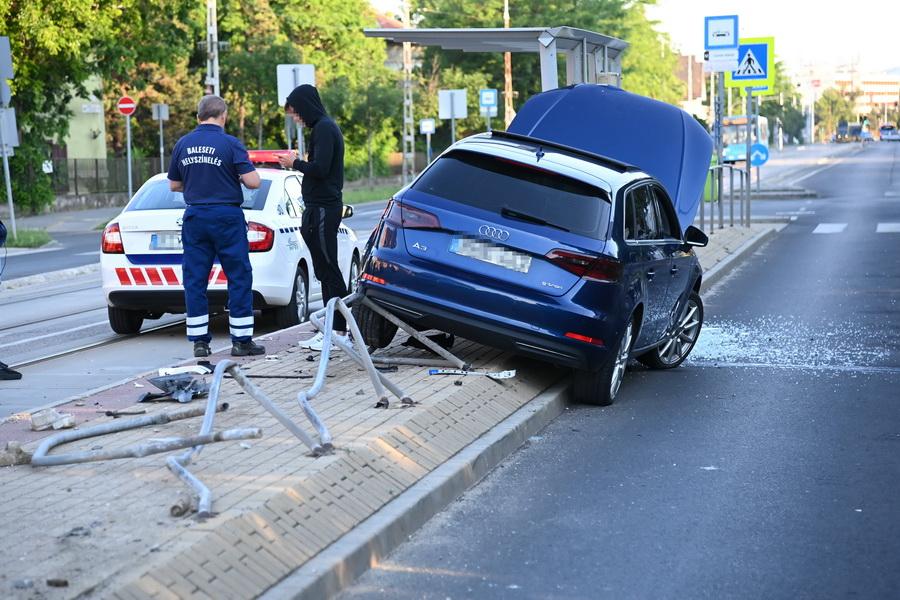 A Villamosmegállóba Csapódott Egy Autó A Xix. Kerületben