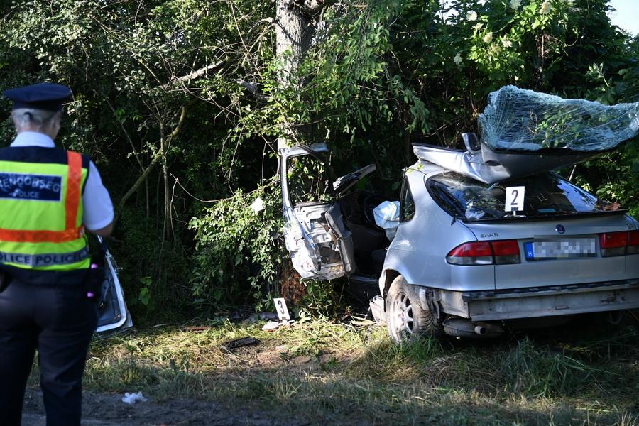 Fának Csapódott Egy Személygépkocsi Biatorbágy Közelében