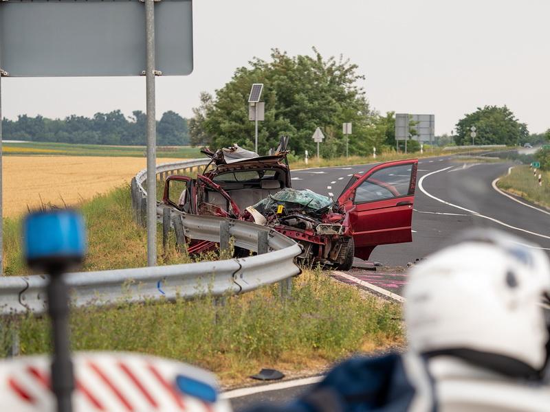 Kamionnal ütközött Egy Autó Szedresnél, Hárman Megsérült