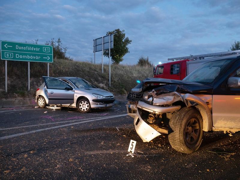 Nagykónyi, 2021. szeptember 4. Összetört autók, miután összeütköztek a Tolna megyei Nagykónyinál, a 61-es főút és a 651-es út kereszteződésében 2021. szeptember 4-én. A balesetben egy ember életét vesztette. MTI/Donka Ferenc