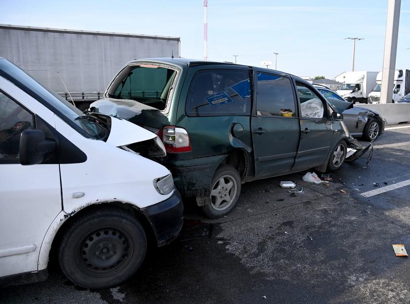 Szigetszentmiklós, 2021. szeptember 2. Összetört autók az M0-s autóút 18-as kilométerénél, a szigetszentmiklósi csomópont közelében 2021. szeptember 2-án. A három karambolozó jármű közül kettőt román állampolgár vezetett, akik határsértőket szállítottak. A baleset helyszínén elfogtak tizenegy, magát iraki és szír állampolgárnak valló férfit, a sofőrrel együtt előállítják őket. A határsértőket – meghallgatásuk után - visszakísérik a biztonsági határzárhoz, a két román sofőr ellen embercsempészés bűntettének gyanúja miatt büntetőeljárás indul. MTI/Mihádák Zoltán