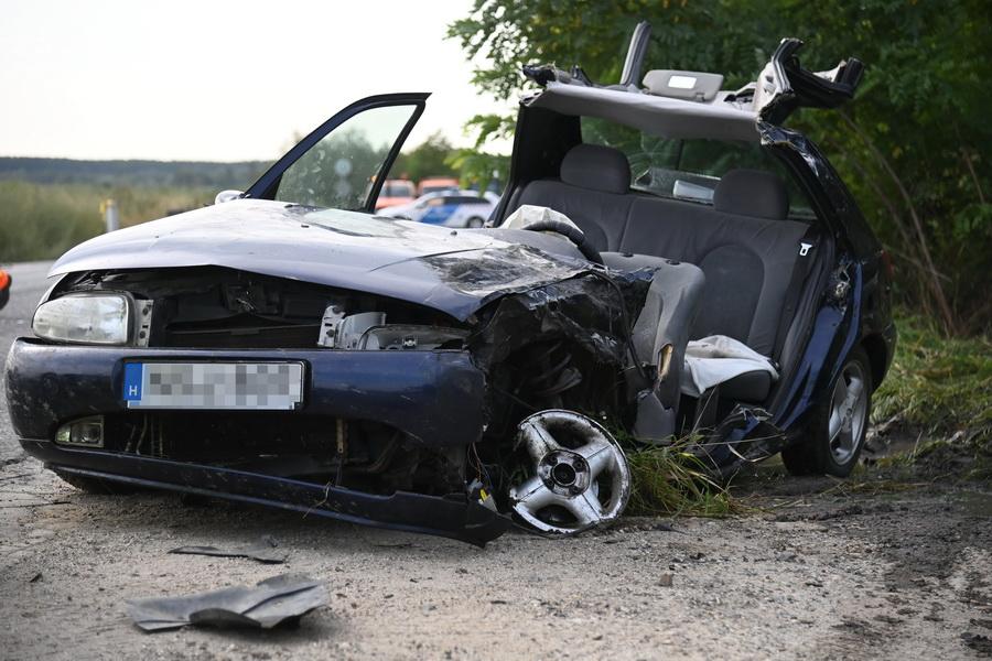 Ecser, 2021. szeptember 2. Sérült személygépkocsi, miután kisbusszal ütközött a 3101-es úton, Ecser közelében 2021. szeptember 2-án. A balesetben a személygépkocsi vezetője életveszélyesen megsérült. MTI/Mihádák Zoltán