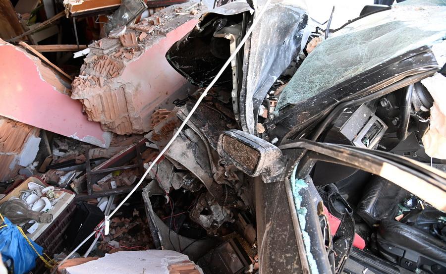 Dunavarsány, 2021. szeptember 5. Út menti presszó épületébe csapódott, összeroncsolódott személygépkocsi Dunavarsány közelében 2021. szeptember 5-én. A balesetben az autó vezetője életét vesztette. MTI/Mihádák Zoltán