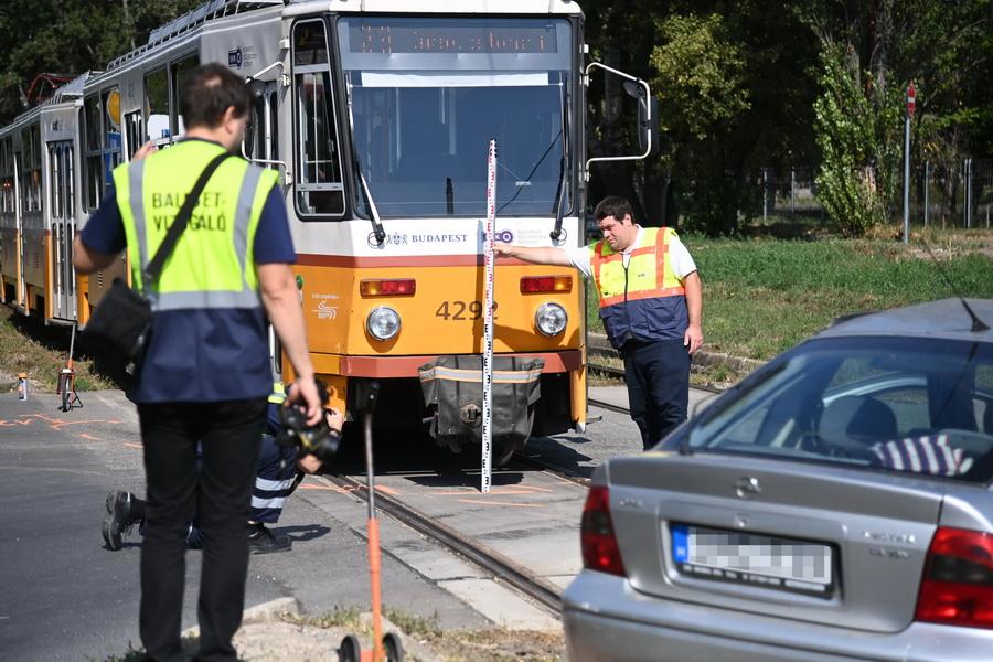 Budapest, 2021. szeptember 5. Rendőrségi helyszínelés Budapest X. kerületében, a Maglódi úton, ahol villamossal ütközött egy személygépkocsi 2021. szeptember 5-én. Az autó vezetője életveszélyesen megsérült. MTI/Mihádák Zoltán