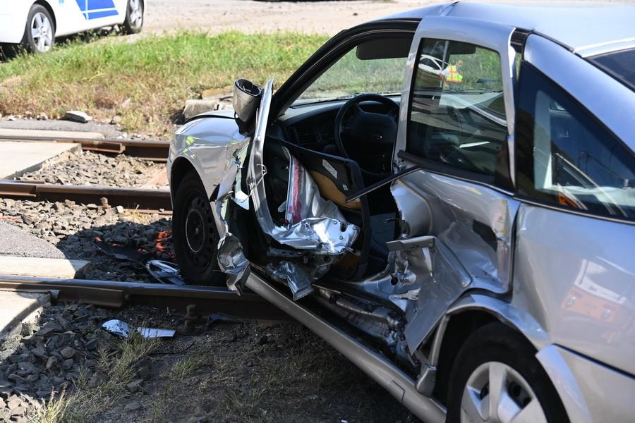 Budapest, 2021. szeptember 5. Sérült személygépkocsi, miután villamossal ütközött Budapest X. kerületében, a Maglódi úton 2021. szeptember 5-én. Az autó vezetője életveszélyesen megsérült. MTI/Mihádák Zoltán