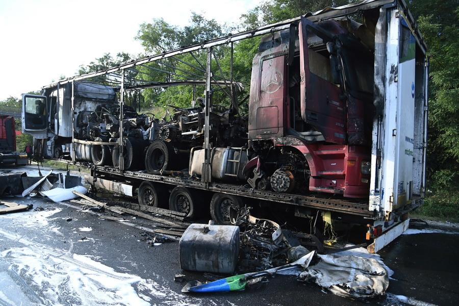 Törökbálint, 2021. szeptember 7. Kamion kiégett pótkocsija az M0-s autóúton, Törökbálintnál 2021. szeptember 7-én. A pótkocsi, amelyen három nyerges vontató és gumiabroncsok voltak, teljes terjedelmében leégett. MTI/Mihádák Zoltán