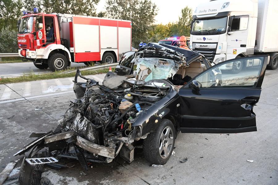 Gyál, 2021. szeptember 8. Összeroncsolódott személyautó az M0-s autóúton, az M5-ös autópálya csomópontjánál 2021. szeptember 8-án. Az autó hátulról beleütközött egy kamionnal, két utasát a fővárosi hivatásos tűzoltók feszítővágóval szabadították ki a roncsból. MTI/Mihádák Zoltán