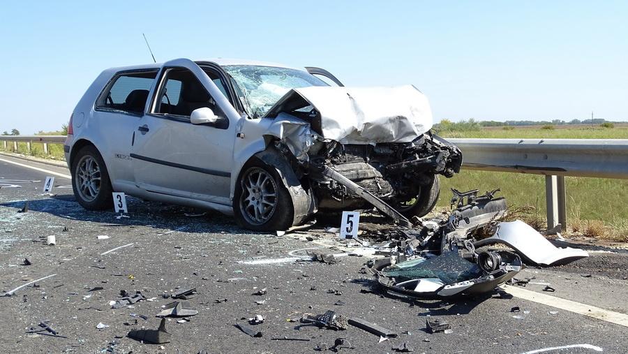 Tiszakürt, 2021. szeptember 11. Összeroncsolódott személyautó a 44-es főúton Tiszakürt külterületén 2021. szeptember 11-én, miután a jármű frontálisan összeütközött egy másik autóval. A balesetben ketten meghaltak. MTI/Donka Ferenc