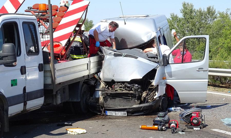 Kiskunfélegyháza, 2021. szeptember 13. Mentők az M5-ös autópályán, Kiskunfélegyháza közelében, ahol összeütközött egy furgon és egy kisteherautó 2021. szeptember 13-án. A balesetben ketten megsérültek. MTI/Donka Ferenc