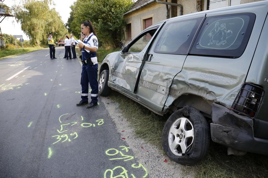 Zalaszentgrót, 2021. szeptember 14. Baleseti helyszínelés a Zalaszentgróton 2021. szeptember 14-én. Egy gyalogost elgázolt és két autónak is nekiütközött járművével egy autós. A balesetben a gyalogos életét vesztette. MTI/Varga György
