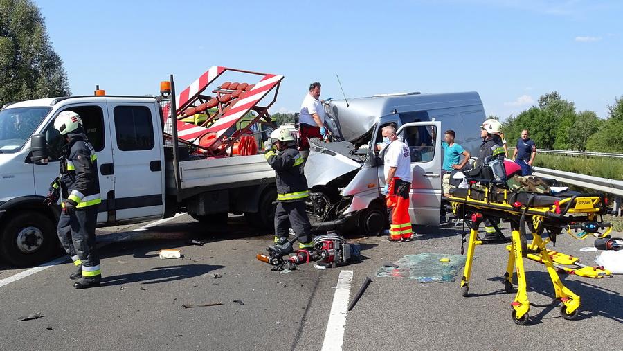 Kiskunfélegyháza, 2021. szeptember 13. Mentők és tűzoltók az M5-ös autópályán, Kiskunfélegyháza közelében, ahol összeütközött egy furgon és egy kisteherautó 2021. szeptember 13-án. A balesetben ketten megsérültek. MTI/Donka Ferenc