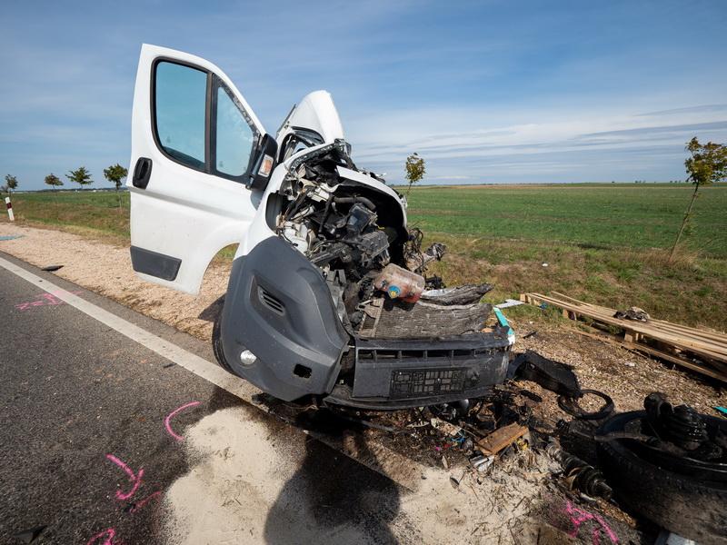 Felsőszentiván, 2021. szeptember 24. Összeroncsolódott furgon az 55-ös úton Felsőszentiván és Tataháza között 2021. szeptember 24-én. A teherjármű összeütközött egy menetrend szerint közlekedő autóbusszal. A balesetben egy ember meghalt. MTI/Donka Ferenc