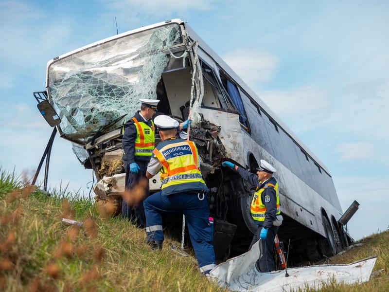 Felsőszentiván, 2021. szeptember 24. Összeroncsolódott autóbusz az 55-ös úton Felsőszentiván és Tataháza között 2021. szeptember 24-én. A menetrend szerint közlekedő autóbusz összeütközött egy furgonnal. A balesetben egy ember meghalt. MTI/Donka Ferenc