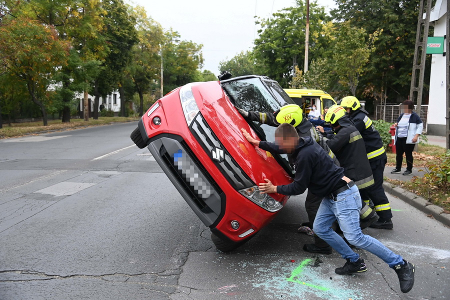 Budapest, 2021. szeptember 29. Felborult személyautót állítanak kerekeire, miután két személygépkocsi összeütközött a XIV. kerületi Vezér utca és Fogarasi út kereszteződésében 2021. szeptember 29-én. A balesetben egy ember megsérült. MTI/Mihádák Zoltán